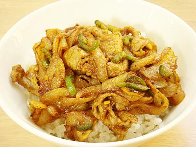 豚肉とハラペーニョのカレー炒め丼